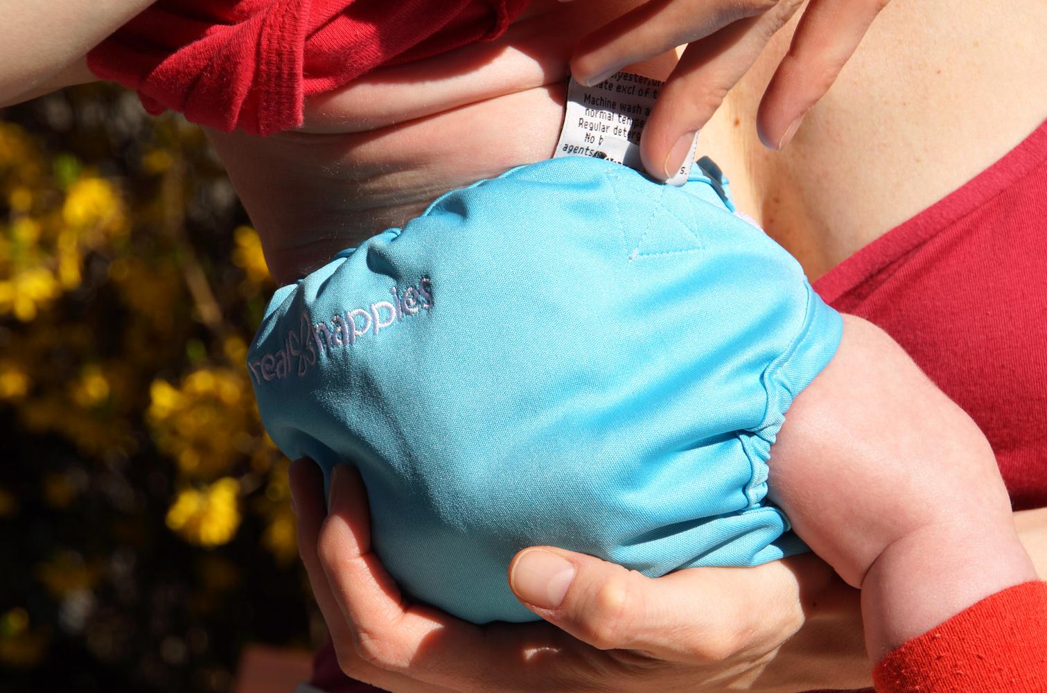 Újszülött baba pelenkázása