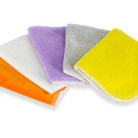 Színes velúr törlőkendőcsomag, amellyel kiválthatod az eldobható törlőkendőket. Tegyél a kendőre egy kis babaolajat, vagy nedvesítsd meg langyos vízzel és/vagy babafürdetővel és töröld meg a babád popsiját.